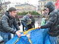 У Львові опозиційна молодь вправлялася у швидкості розкладання наметів
